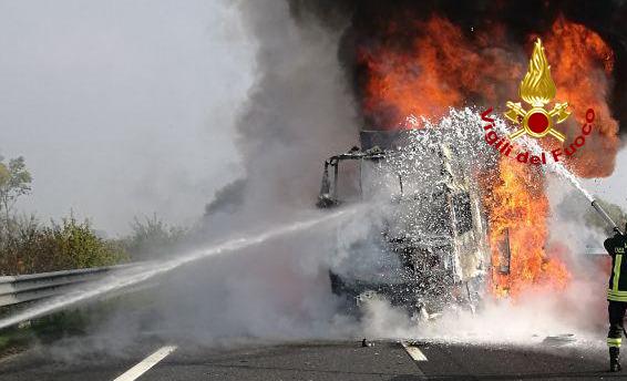 Incidente con incendio in A4, tre mezzi pesanti coinvolti: autista ustionato - FOTO