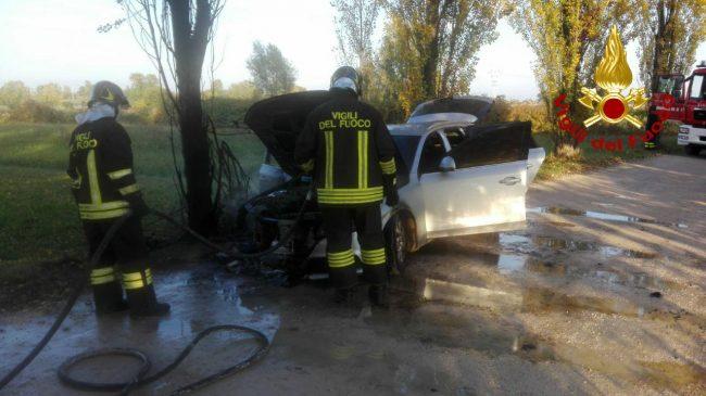 Incidente tra due auto a Roncade: un ferito. Casale sul Sile, vettura in fiamme