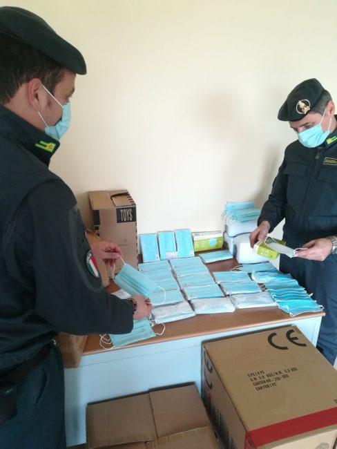 Mascherine chirurgiche non sicure vendute al mercato di Castelfranco: sequestrati 7.500 pezzi