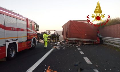 Terribile schianto in A4, camion contro due furgoni: un morto – FOTO