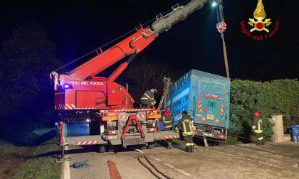 Camion che trasporta tori fuori strada a Resana: intervento fino a tarda sera dei Vigili del fuoco