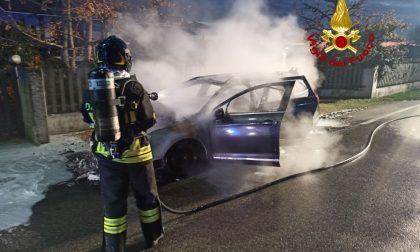 Incendio auto a Susegana: il conducente salvato dai passanti – FOTO