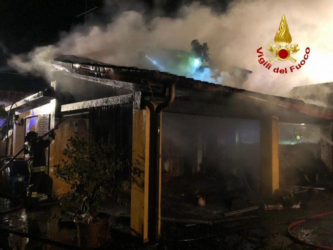 Grave incendio a Montebelluna, casa distrutta e inquilini in ospedale - VIDEO