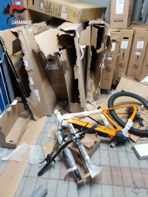 Furto al negozio sportivo di Silea: individuati due minorenni. Bottino da quasi 27mila euro - FOTO