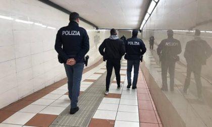 Stazione Castelfranco, ubriaco senza mascherina sbraita contro gli agenti e spacca un vetro a testate