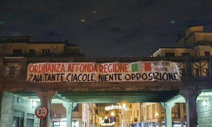 """""""Tante ciacole, niente opposizione"""": striscioni contro Zaia a Treviso e in tutto il Veneto"""