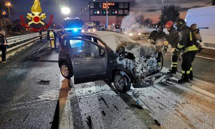 Tangenziale di Mestre A57, auto s'incendia dopo lo scontro col camion: paura all'alba – FOTO