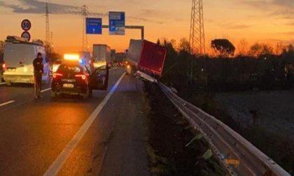 Strada Postumia, camion sbanda e abbatte 60 metri di guard rail: autista illeso