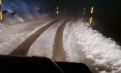 Intrappolati in auto sotto la tormenta di neve, giovani salvati dai Vigili del fuoco