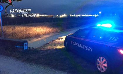 Tenta di saltare il canale con la moto da cross, ma si schianta: 60enne morto sul colpo