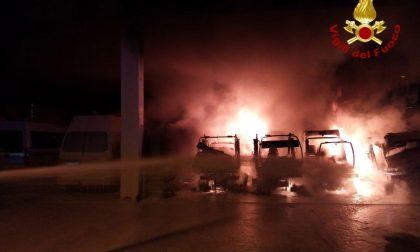 Incendio nel deposito di Contarina: distrutti alcuni mezzi per lo sfalcio dell'erba FOTO