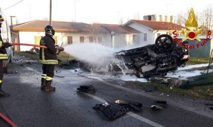 Schianto sulla Postumia, auto distrutta dalle fiamme: due feriti