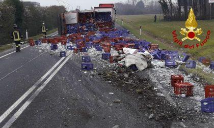 """""""Strage"""" di bottiglie di minerale sulla Feltrina: il rimorchio fa acqua da tutte le parti! – FOTO"""