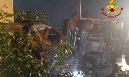 Perde il controllo del bilico a Vedelago e si schianta contro 7 auto FOTO