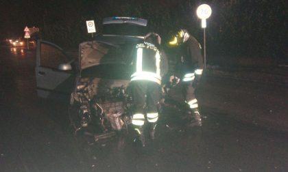 Frontale tra due auto, tre feriti e un palo della luce abbattuto