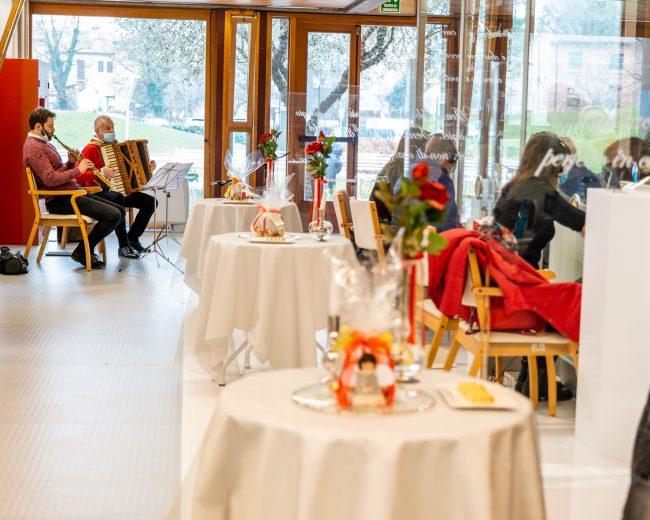 """Natale 2020 al Centro anziani Sartor, nella """"stanza degli abbracci"""" anche i doni per gli ospiti"""