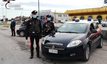 Prima li adescava con fare suadente, poi li derubava con la tecnica dell'abbraccio: 32enne arrestata