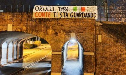 """Mascherine Tricolori Treviso, striscione contro il sindaco Conte: """"No al tracciamento Covid con telecamere"""""""