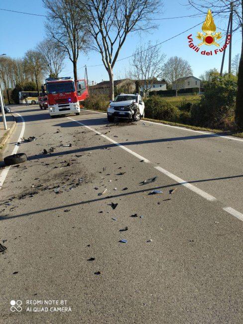Incidente Paese, dopo lo scontro l'auto si rovescia: un ferito