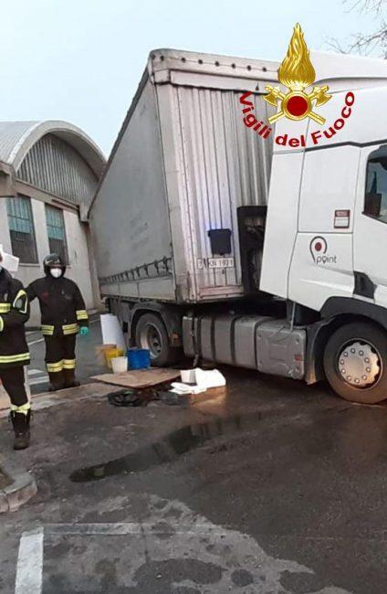 Falla nel serbatoio del camion, in corso il travaso di 300 litri di gasolio