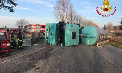 Camion carico di sabbia si ribalta a San Polo di Piave: chiusa la Strada provinciale 34