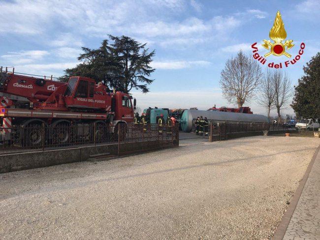 Camion carico di sabbia si ribalta a San Polo di Piave: Vigili del fuoco sul posto