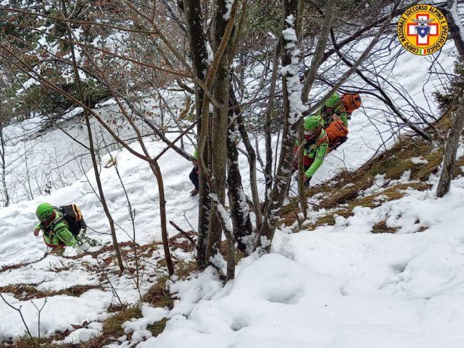 Scivola per 200 metri in un canale sul Grappa: escursionista 48enne vivo per miracolo