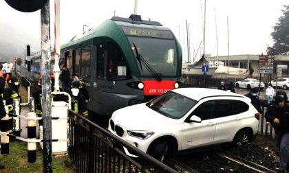 """Suv investito dal treno al passaggio a livello: """"Il semaforo non si vede!"""""""
