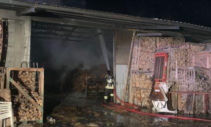 Incendio capannone agricolo a Meduna, brucia tetto in eternit: allarme fibre di amianto