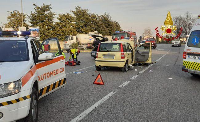 Scontro tra due auto a San Zenone: in ospedale un'anziana rimasta incastrata tra le lamiere