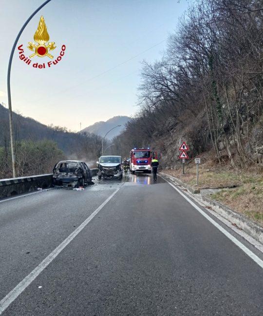 Dopo l'incidente l'auto viene divorata dalle fiamme: paura a Vittorio Veneto