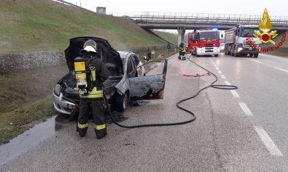 Rischia di bruciare vivo nell'auto in fiamme, conducente salvato dai Vigili del fuoco
