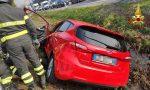 Incidente stradale tra due auto, una finisce nel fosso