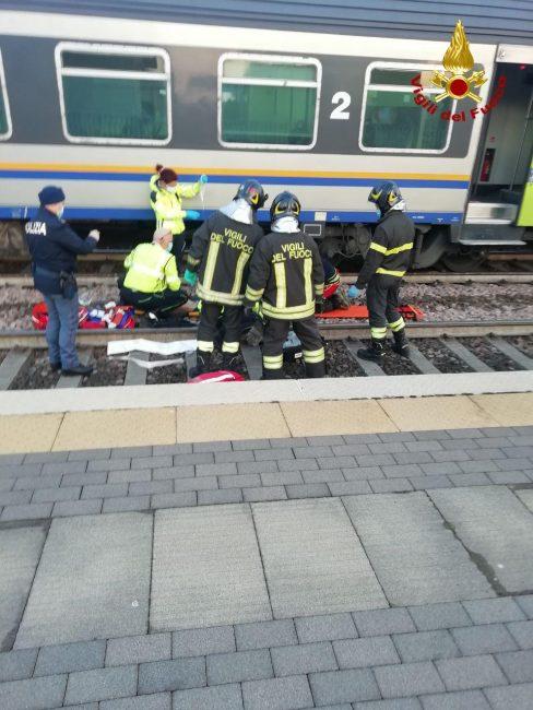 Le foto dell'incidente alla stazione ferroviaria di Preganziol: una persona incastrata sotto il treno