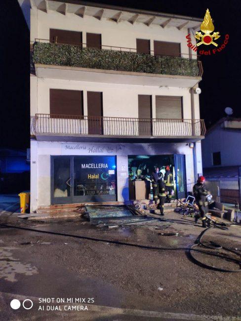 Brucia la macelleria nella notte a San Zenone degli Ezzelini: due persone evacuate