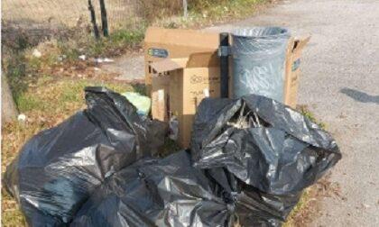 """""""Pulizie di primavera"""" a Castelfranco, padre e figlio abbandonano sacchi neri pieni di rifiuti: maxi multa"""