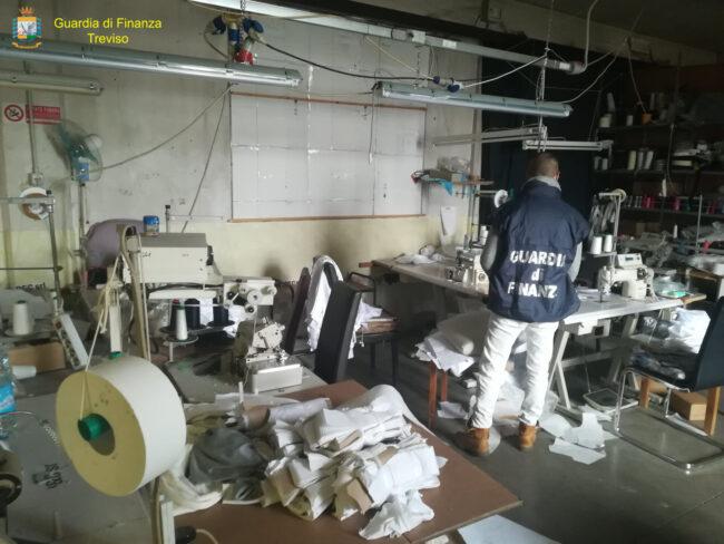 Tonnellate di rifiuti pericolosi nell'azienda tessile di Castelfranco: denunciato imprenditore cinese