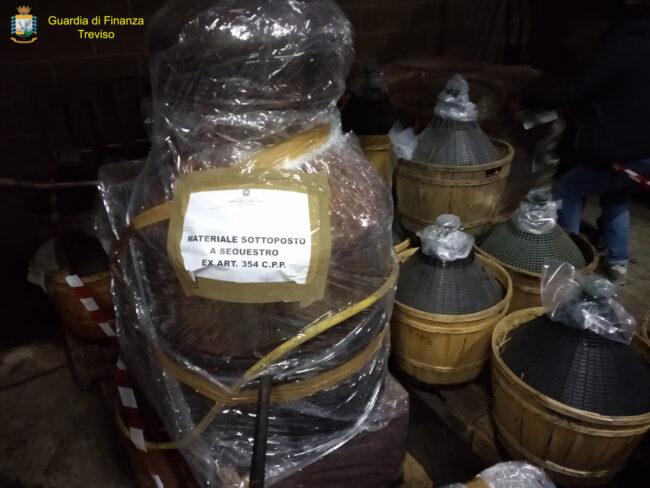 Video e foto della distilleria abusiva scoperta nella Sinistra Piave: mille litri di grappa di contrabbando