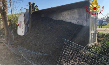 Le foto del camion rovesciato a Vazzola: autista ferito