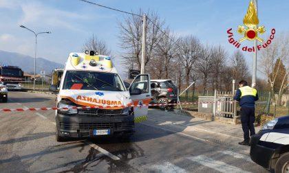 Le foto dello schianto tra l'ambulanza e l'auto a Pagnano d'Asolo: due bimbi in ospedale