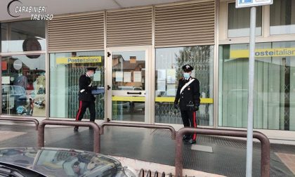 Tenta la rapina nell'ufficio postale ma viene neutralizzato da due clienti eroi
