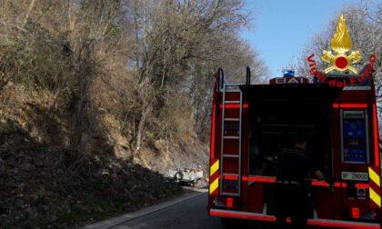 Revine Lago, incendio sterpaglie partito dall'auto: intervengono i Vigili del fuoco