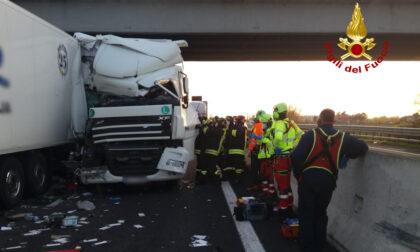Le impressionanti foto del terribile incidente in A4: due morti