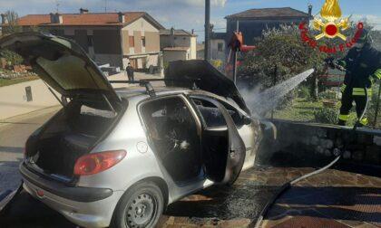 Incendio auto a Crespano, l'intervento dei Vigili del fuoco