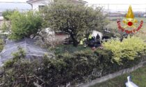 Paura a Caerano San Marco, auto piomba nel giardino di una casa e si ribalta: due feriti