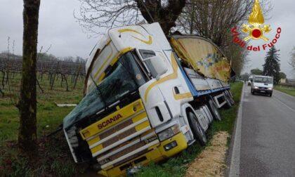Camion fuori strada a Tezze di Piave: interviene l'autogrù dei pompieri