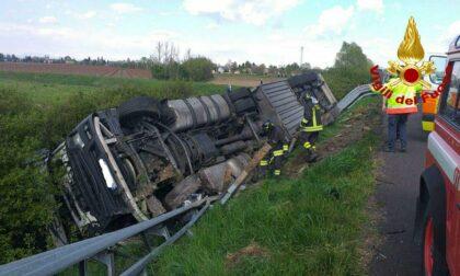 Autoarticolato che trasportava bobine di carta esce di strada sull'A4, ferito il conducente