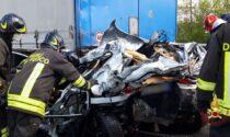 Le impressionanti foto dell'auto rimasta schiacciata tra due camion in autostrada: un morto