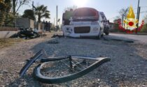 Le immagini del terribile incidente tra un'auto, una moto e una bicicletta