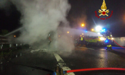 Il video del camion divorato dalle fiamme in A4: l'autista si salva per miracolo